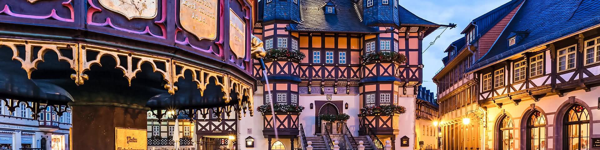 Rathaus von Wernigerode bei Dämmerung