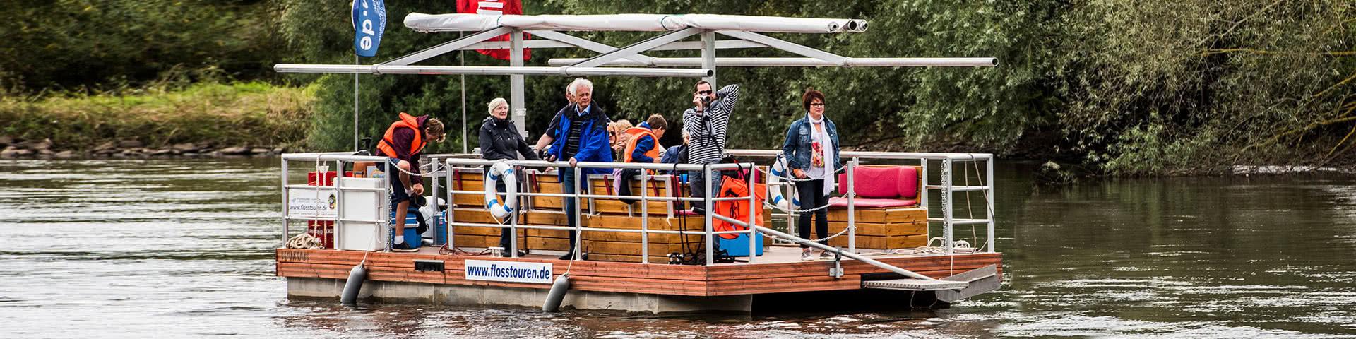 Gruppe macht Flossfahrt im Weserbergland
