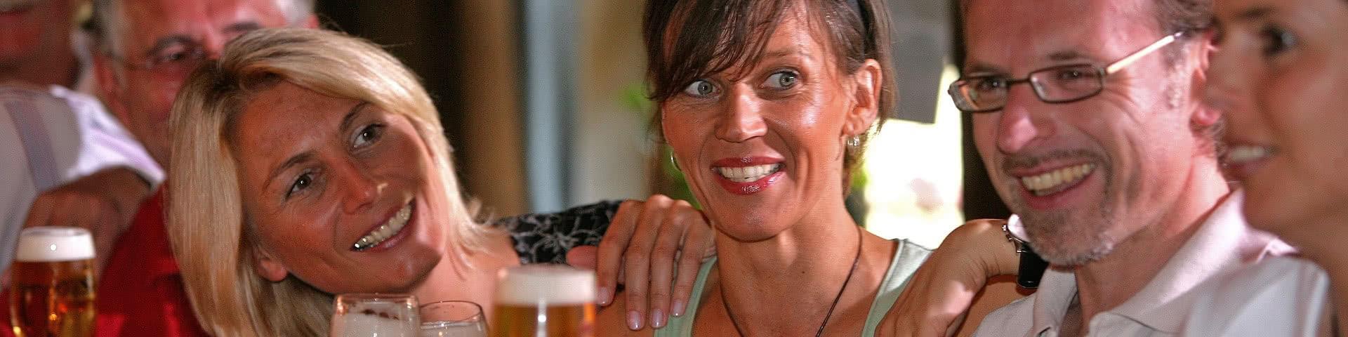 Gruppe trinkt gemeinsam Bier im Weserbergland