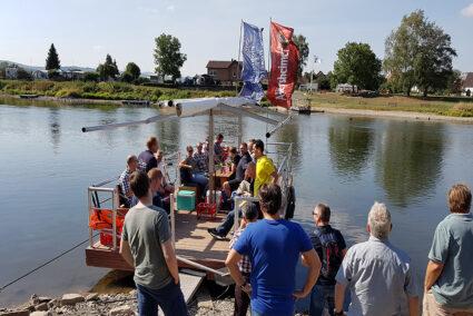 Floss an einer Anlegestelle an der Weser im Weserbergland