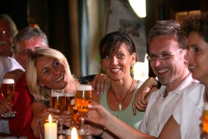 Gruppe sitzt an einer Theke und trinkt Bier im Weserbergland