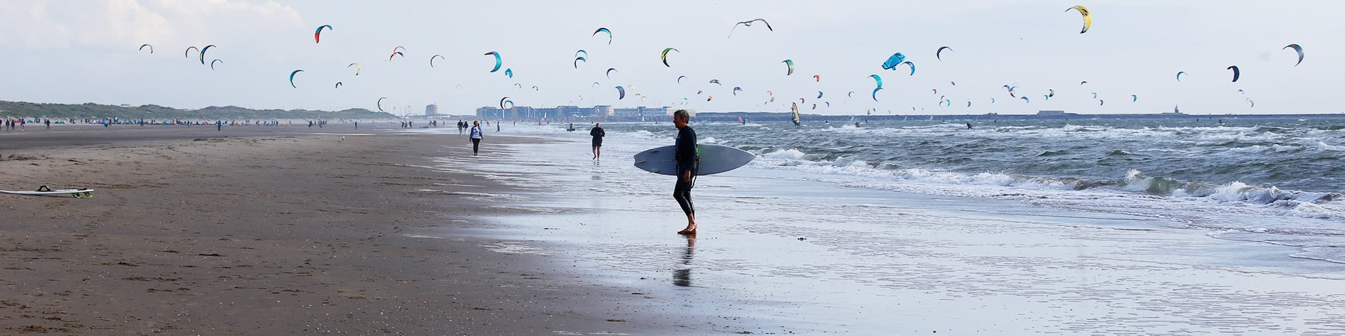 Kitesurfer am Strand von Wijk aan Zee