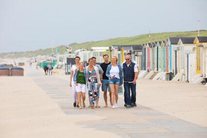 Gruppe spaziert am Strand von Wijk aan Zee entlang