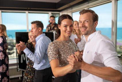 Glückliches Pärchen tanzt in Wijk aan Zee
