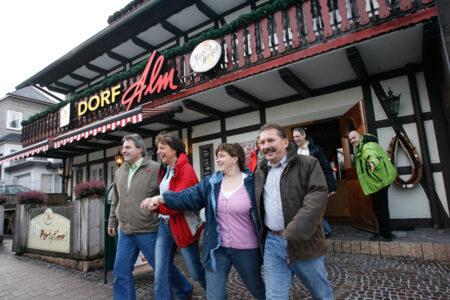 Fröhliche Gruppe vor dem Hotel Dorf Alm in Willingen