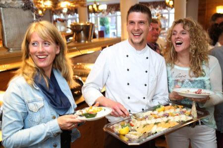 Zwei Frauen und ein Koch am Buffet im Best Western Plus Hotel Willingen