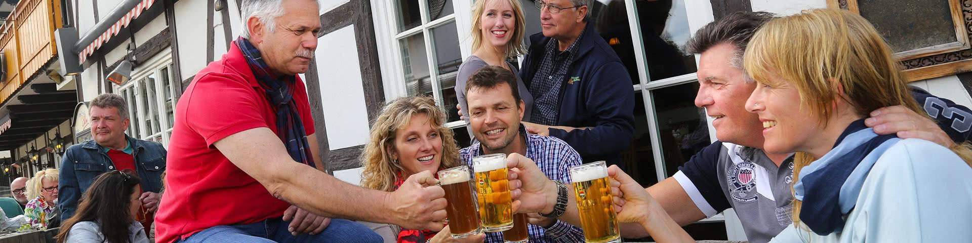 Gruppe trinkt Bier an der Dorf Alm in Willingen