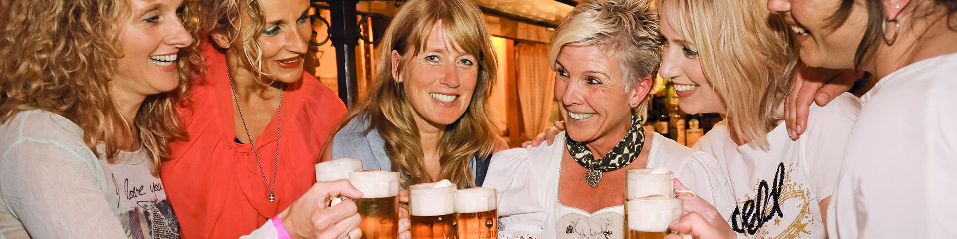 Frauengruppe trinkt gemeinsam Bier in Willingen