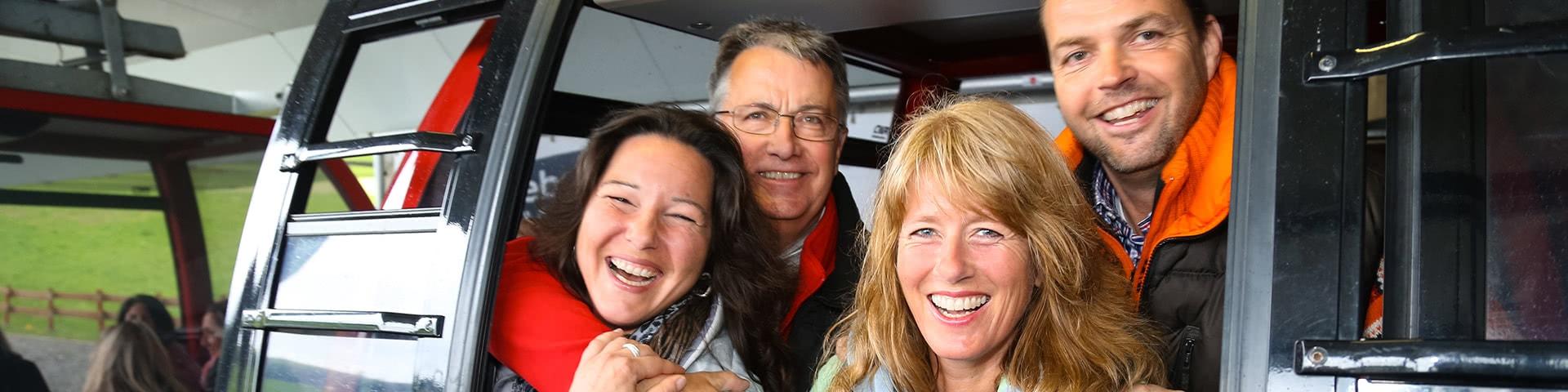 Fröhliche Gruppe in einer Gondel der Ettelsberg-Seilbahn in Willingen