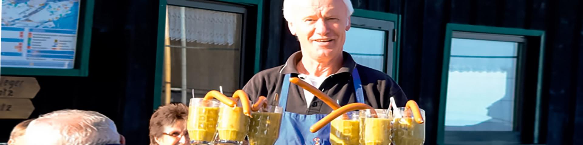 Siggi von Siggis Hütte trägt viele Erbsensuppe mit Würstchen in Willingen