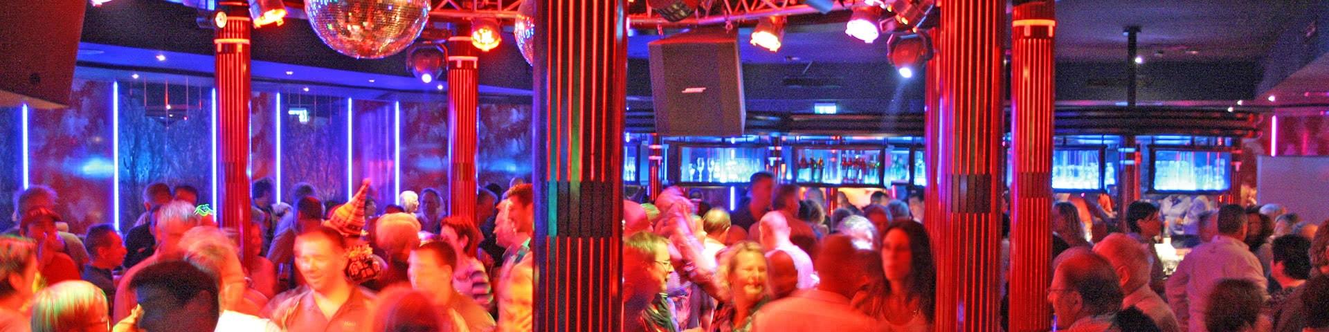 Volle Tanzfläche im Starblub im Sauerland Stern Hotel in Willingen