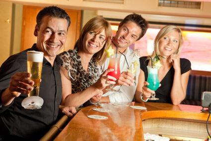 Gruppe trinkt Cocktails im