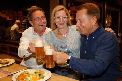 Gruppe stößt mit Bier an beim Essen im Brauhaus in Willingen