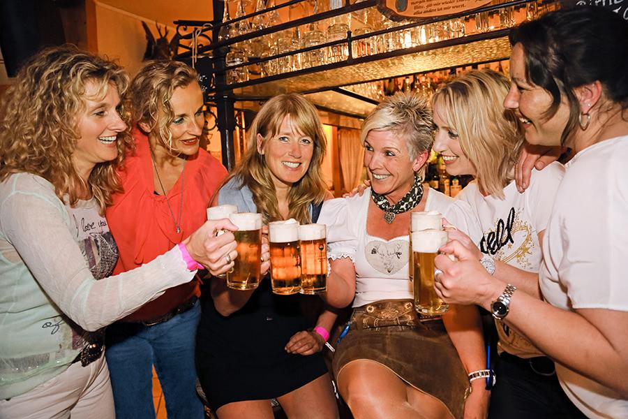 Frauengruppe trinkt gemeinsam Bier in einer Kneipe auf der Briloner Straße in Willingen
