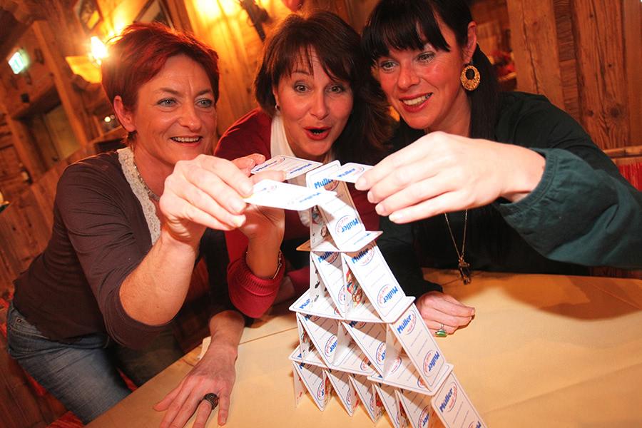 Fraengruppe baut Kartenhaus in Willingen