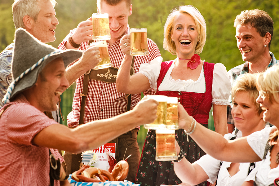 Gut gelaunte Gruppe beim Oktoberfest in Willingen