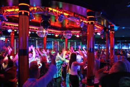 Party auf der Tanzfläche im Starclub im Sauerland Stern Hotel in Willingen