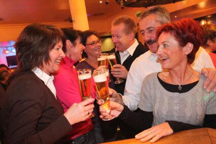 Gruppe trinkt gemeinsam Bier im Wirtshaus im Sauerland Stern Hotel in Willingen