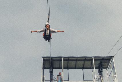 Frau fährt die Zipline