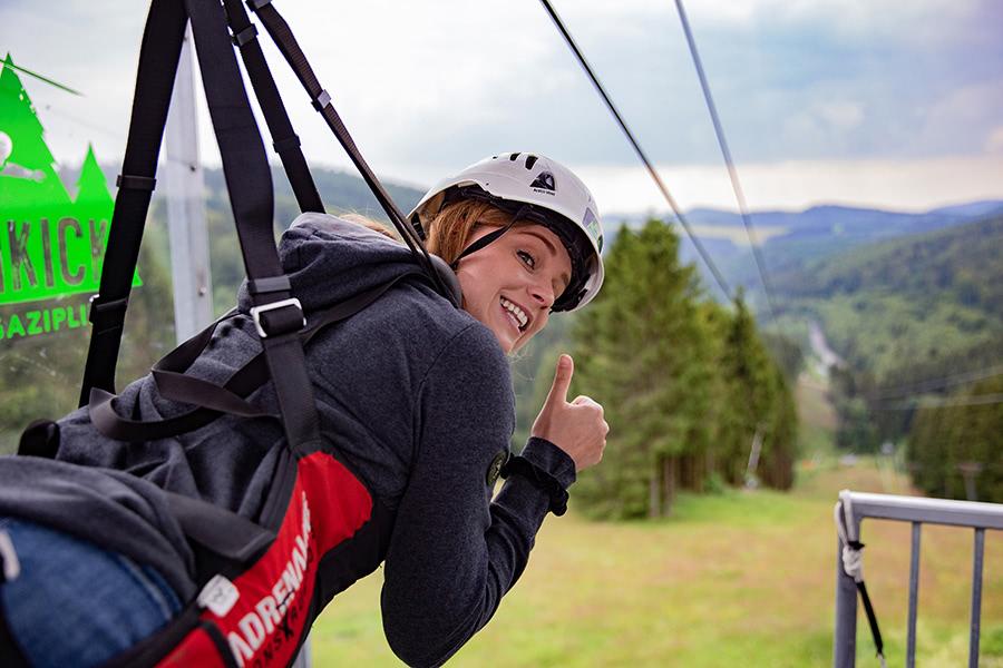 Frau in Zipline-Vorrichtung in Winterberg