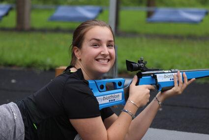Frau mit Biathlongewehr in Winterberg