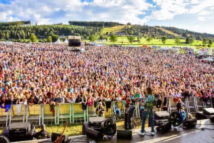 Blick von der Bühne auf die Menschenmassen die vor der Bühne stehen beim SchlagerStern Willingen