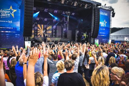 Feiernde Menschen vor der Bühne beim SchalgerStern Willingen
