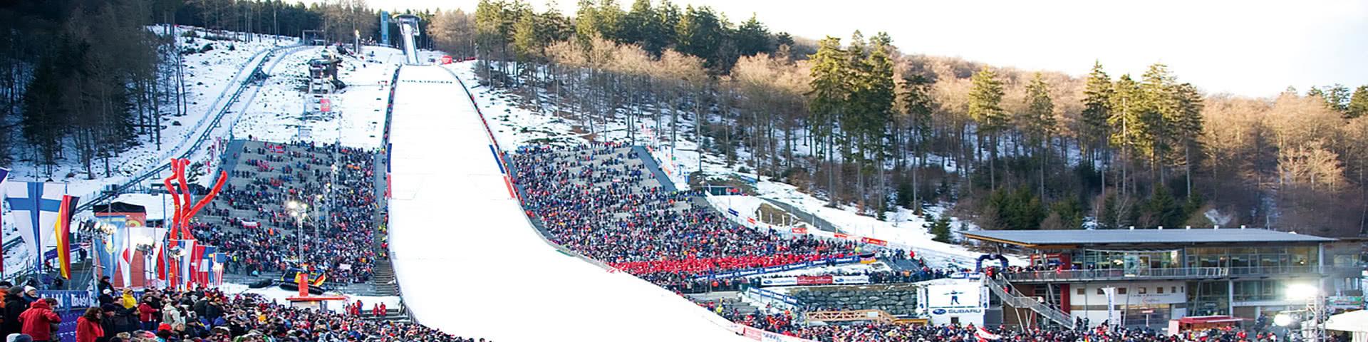 Skisprungschanze in Willingen mt vielen Zuschauern