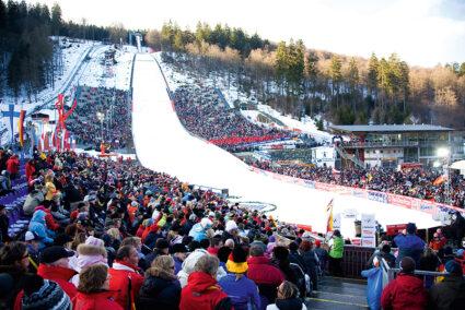 Skisprungschanze in Willingen mit vielen Zuschauern