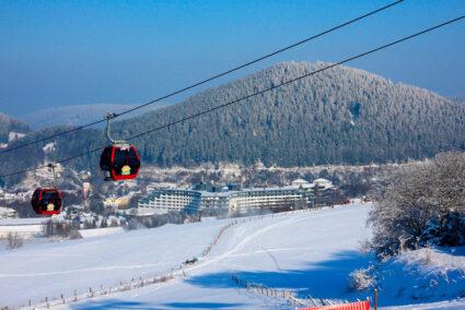 Seilbahn mit Blick auf den Sauerland Stern in Willingen mit Schnee