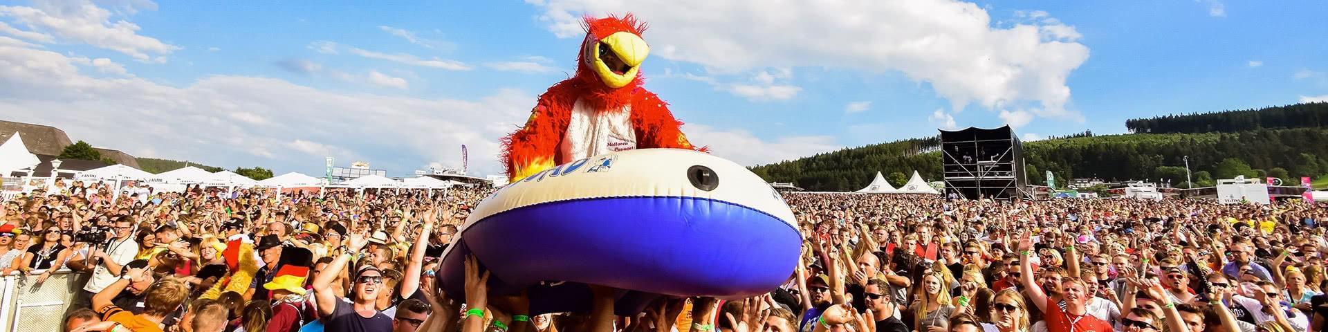 Stagediving mit einem Schlauchboot bei Viva Willingen