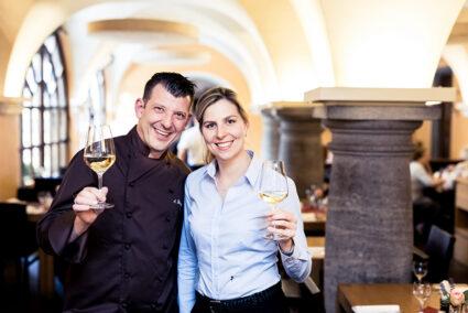 Pärchen mit einem Glas Wein im Bürgerspital in Würzburg