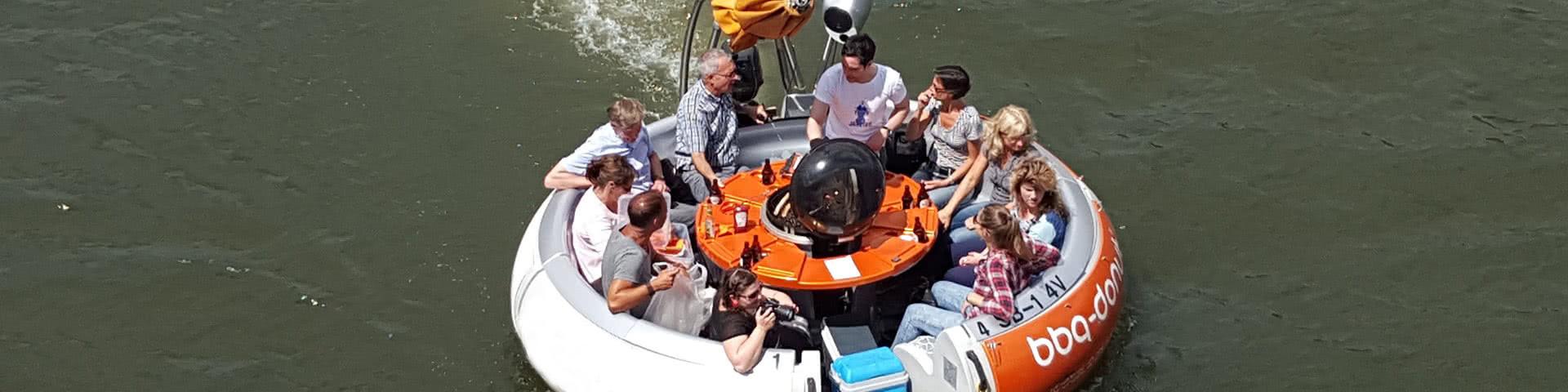 Gruppe auf einem BBQ-Donut auf dem Zülpicher See