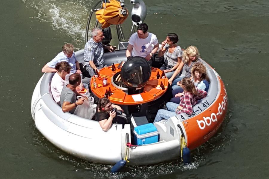 Gruppe fährt mit Donut auf Zülpicher See