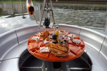 Eindeckter Tisch auf BBQ-Donut am Zülpicher See